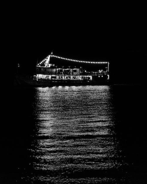 aydınlatılmış, ışıklar, karanlık, köprü içeren Ücretsiz stok fotoğraf