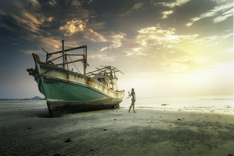 Foto profissional grátis de alvorecer, areia, atraente, barco