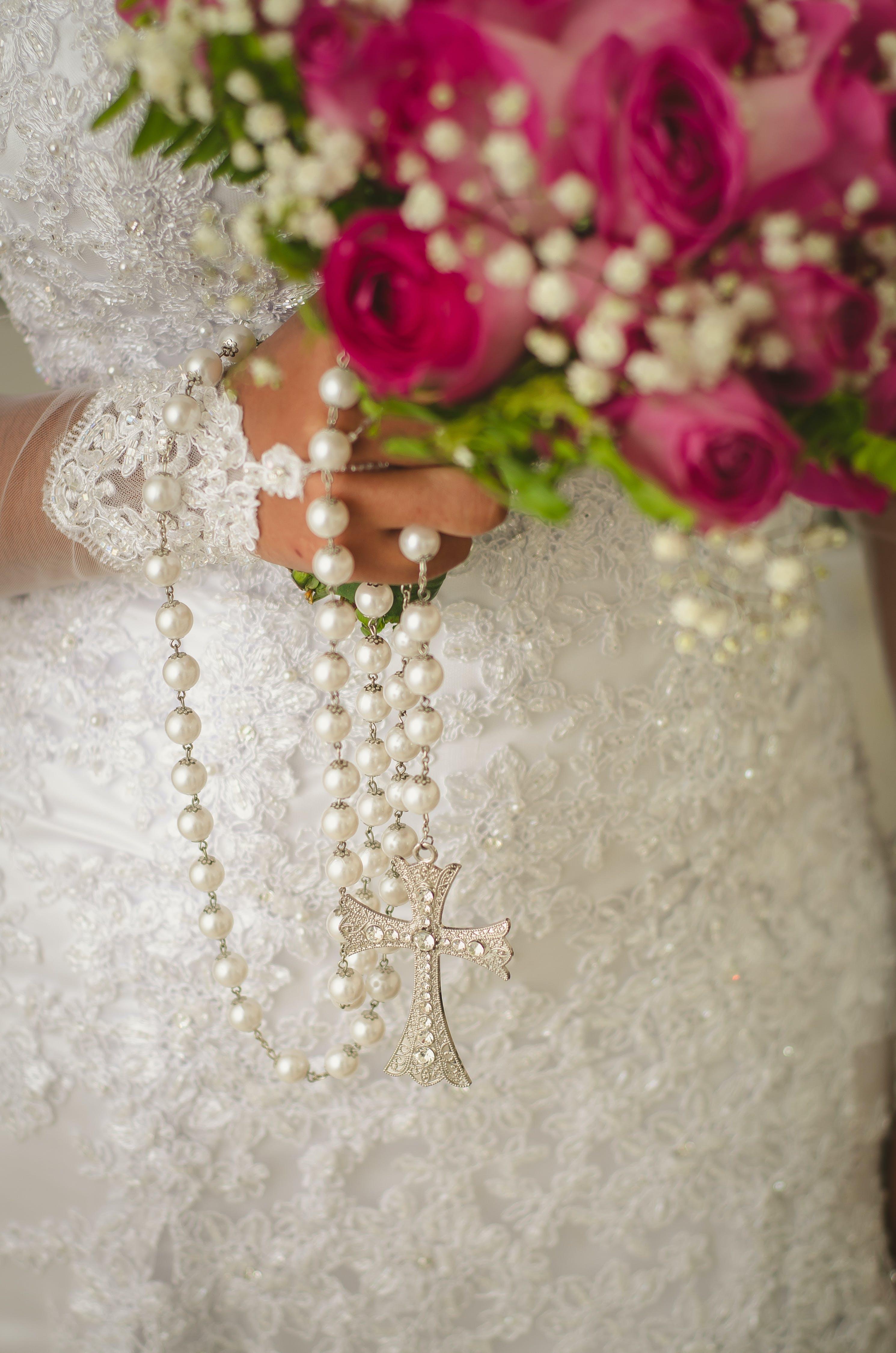 Základová fotografie zdarma na téma acessórios de casamento, manželství, růženec, snubní prsten