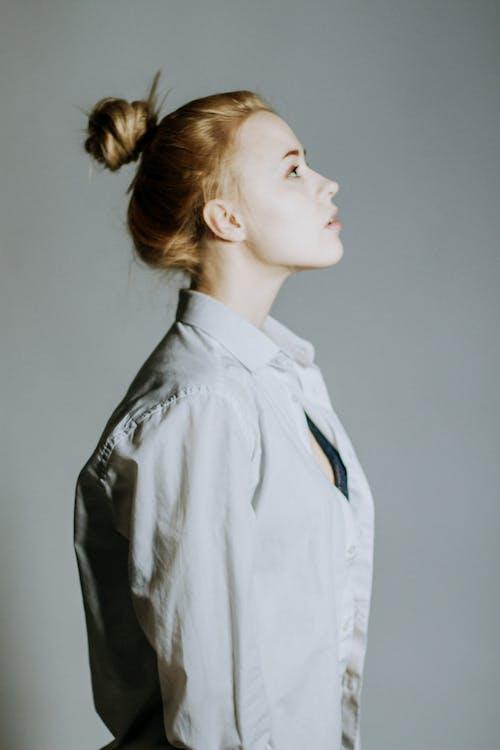 fotoseanse, grå bakgrunn, kjole skjorte