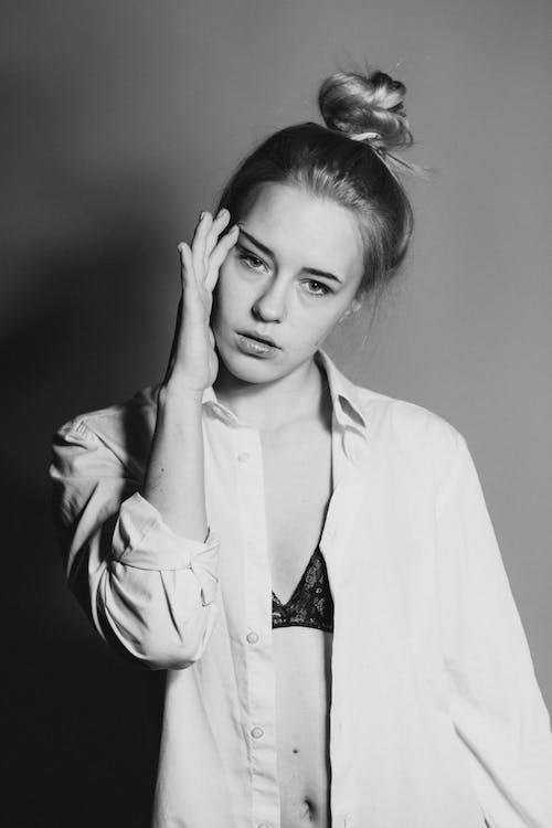 Immagine gratuita di bellissimo, bianco e nero, carino, donna