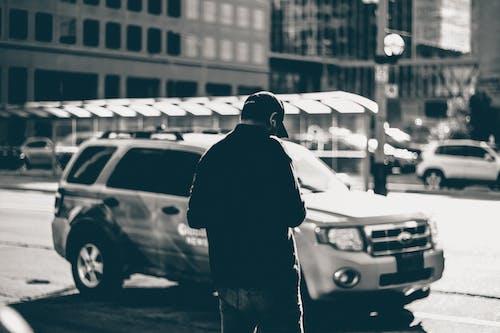 Foto stok gratis anak laki-laki, bangunan, berbayang, berfokus