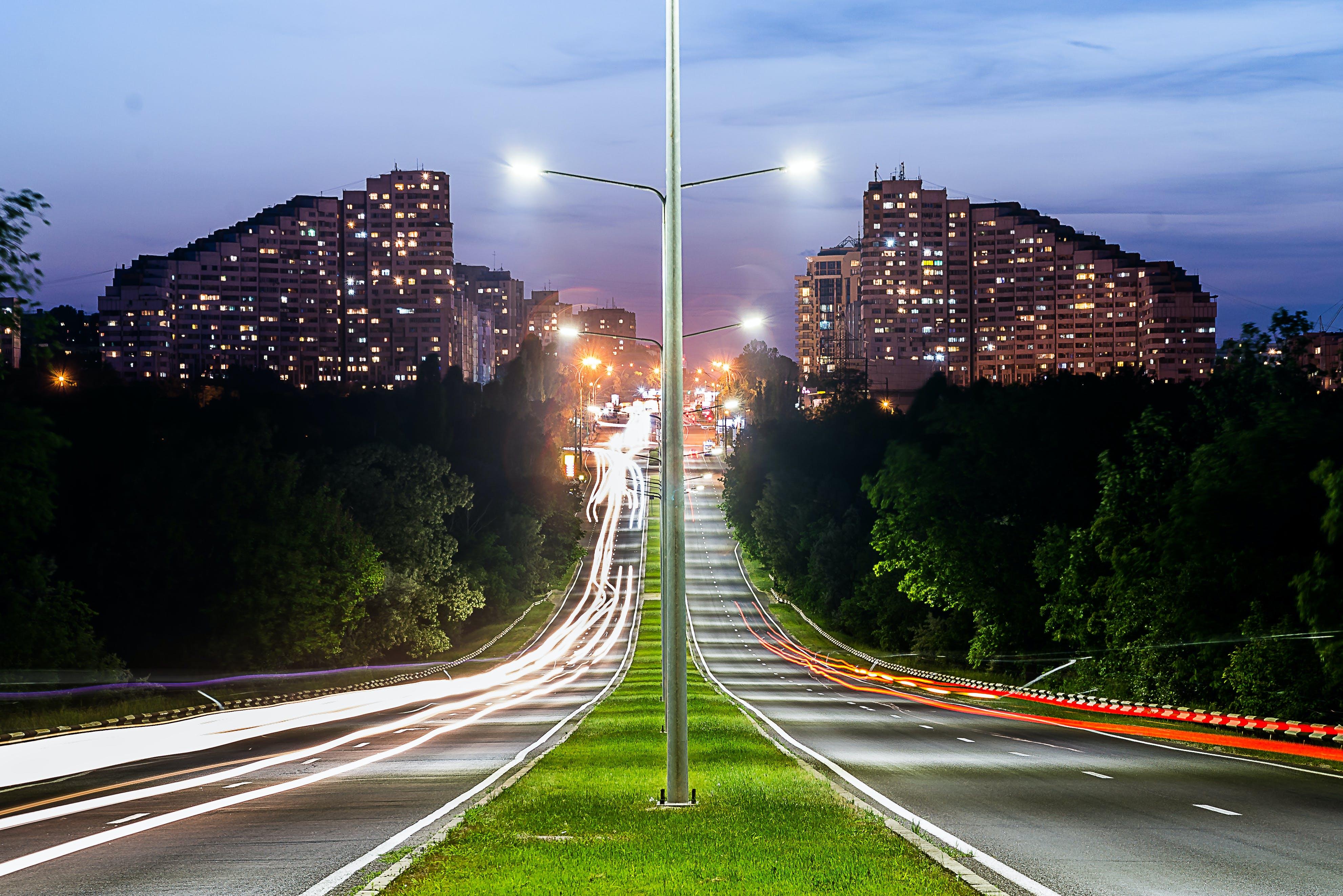 Gratis arkivbilde med asfalt, by, bygninger, gatelamper