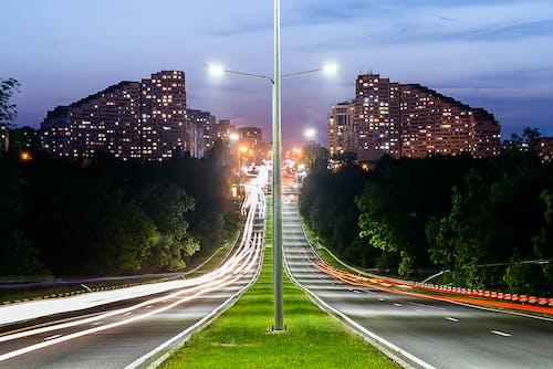 Kostnadsfri bild av asfalt, byggnader, gatlyktor, lång exponering