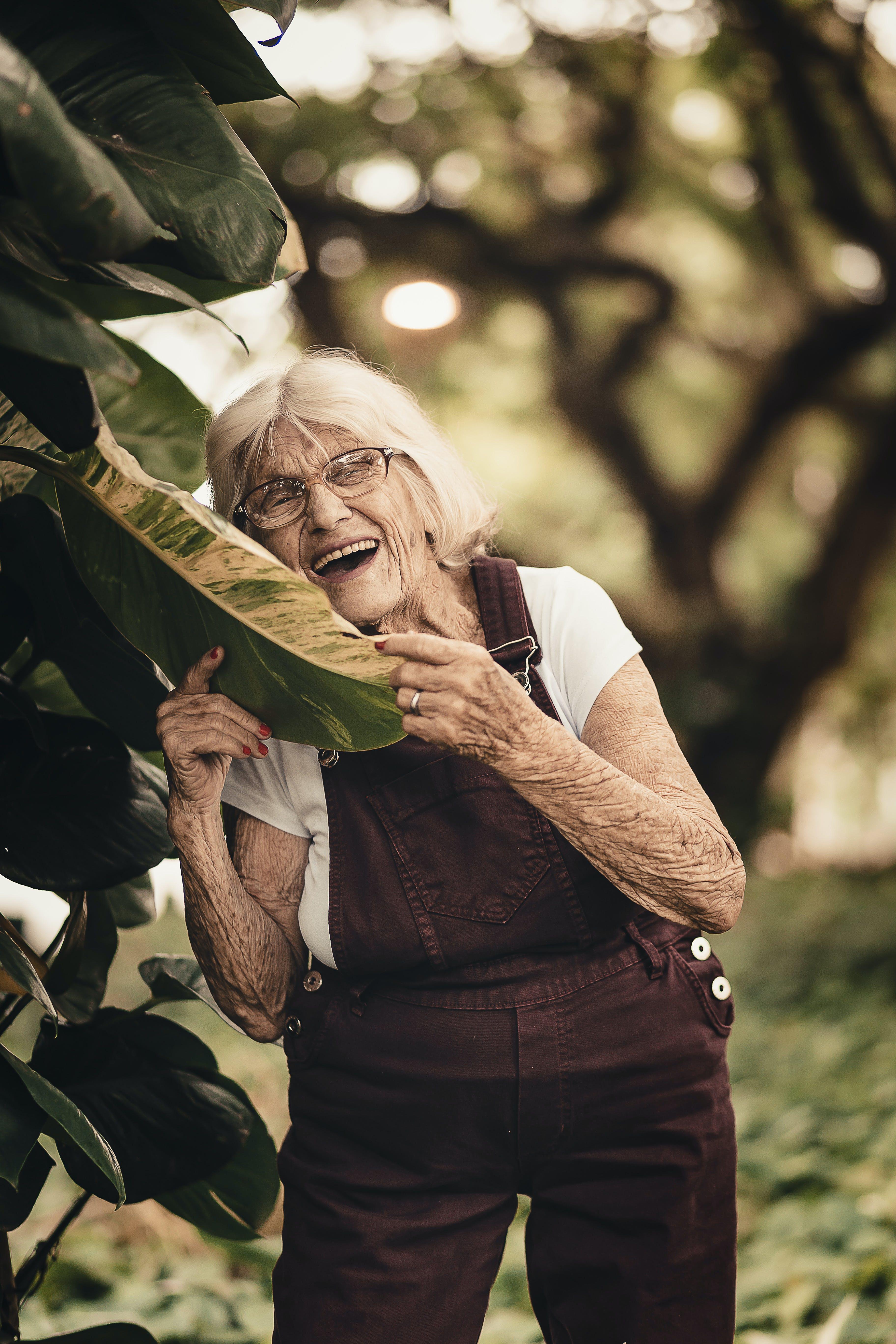 Foto d'estoc gratuïta de ancians, arrugues, desgast, dona