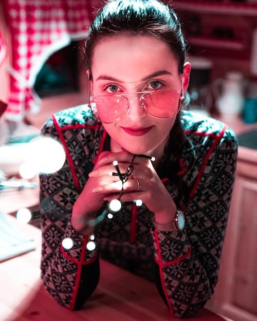 Gratis lagerfoto af brunette, close-up, farverige solbriller, kvinde