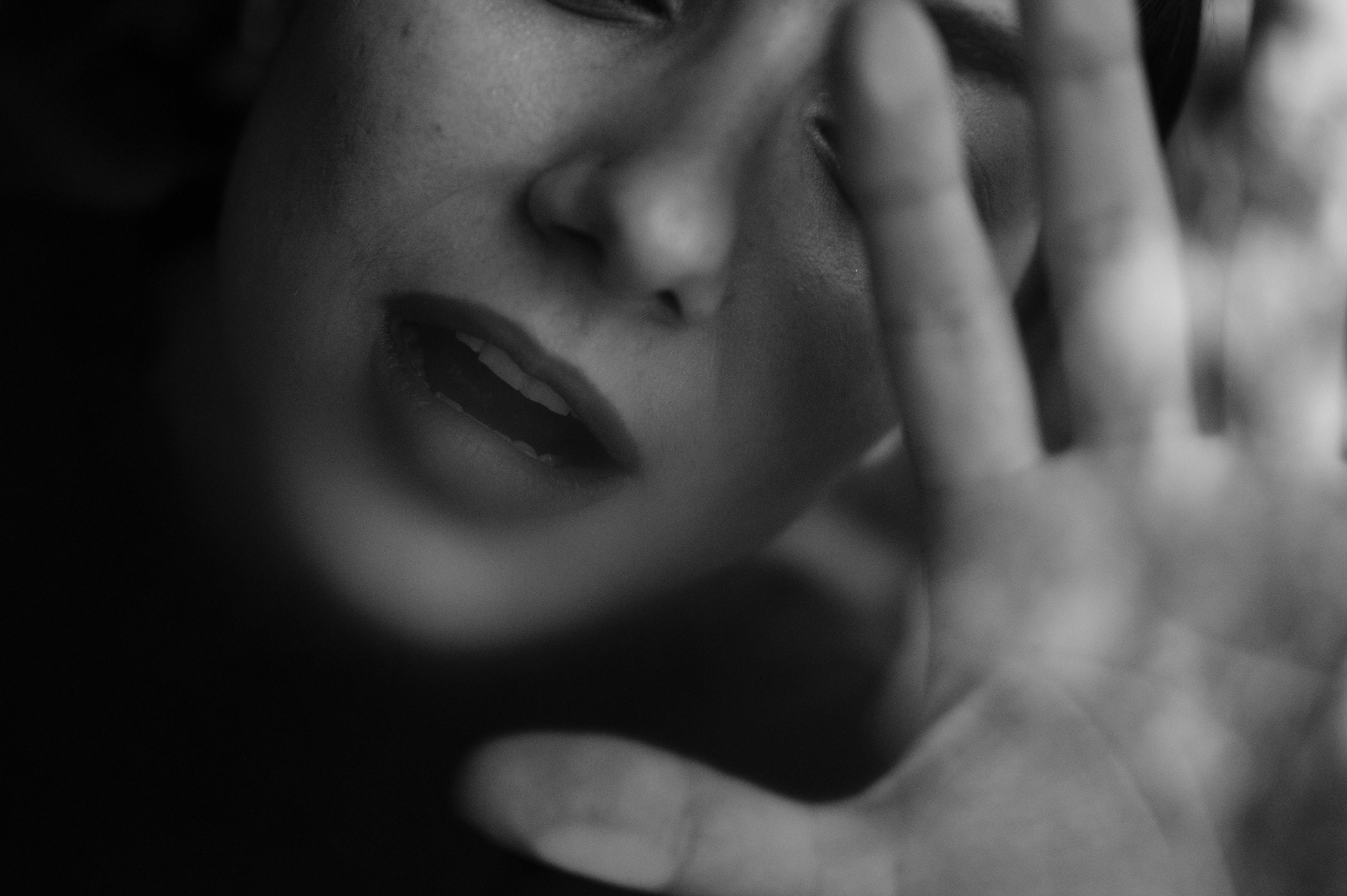 Ingyenes stockfotó álló kép, arckifejezés, divat, fekete-fehér témában
