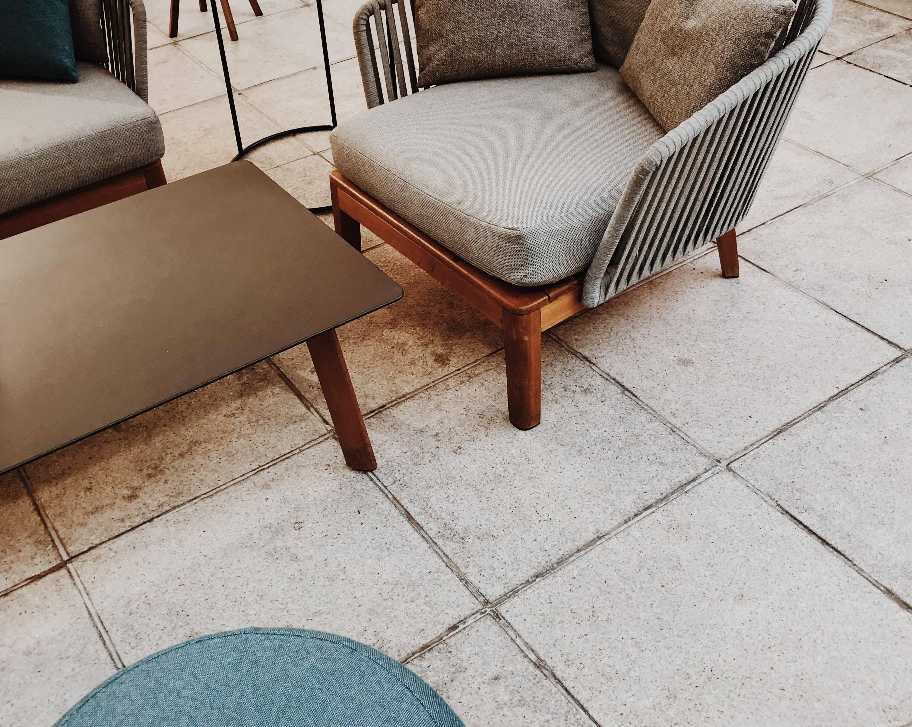 Darmowe zdjęcie z galerii z cętka, dywan, hol, krzesło