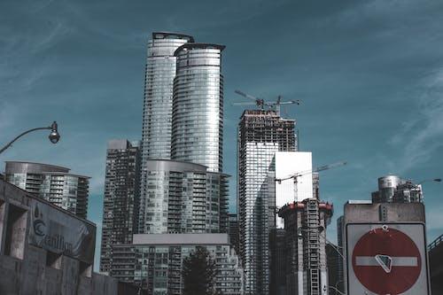 Gratis stockfoto met architectuur, bewegwijzering, binnenstad, flat