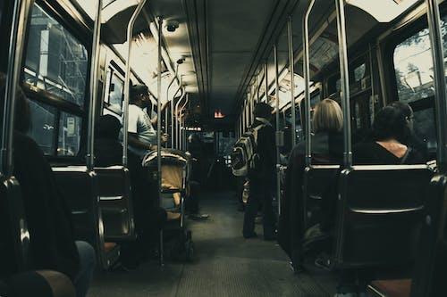 Gratis stockfoto met mensen, passagiers, voertuig, zetels