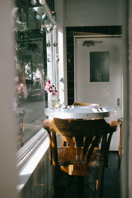ahşap, çağdaş, ev içi, gün ışığı içeren Ücretsiz stok fotoğraf