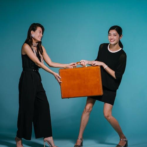 Δωρεάν στοκ φωτογραφιών με brunettes, βαλίτσα, γυναίκες, διαμοιρασμός