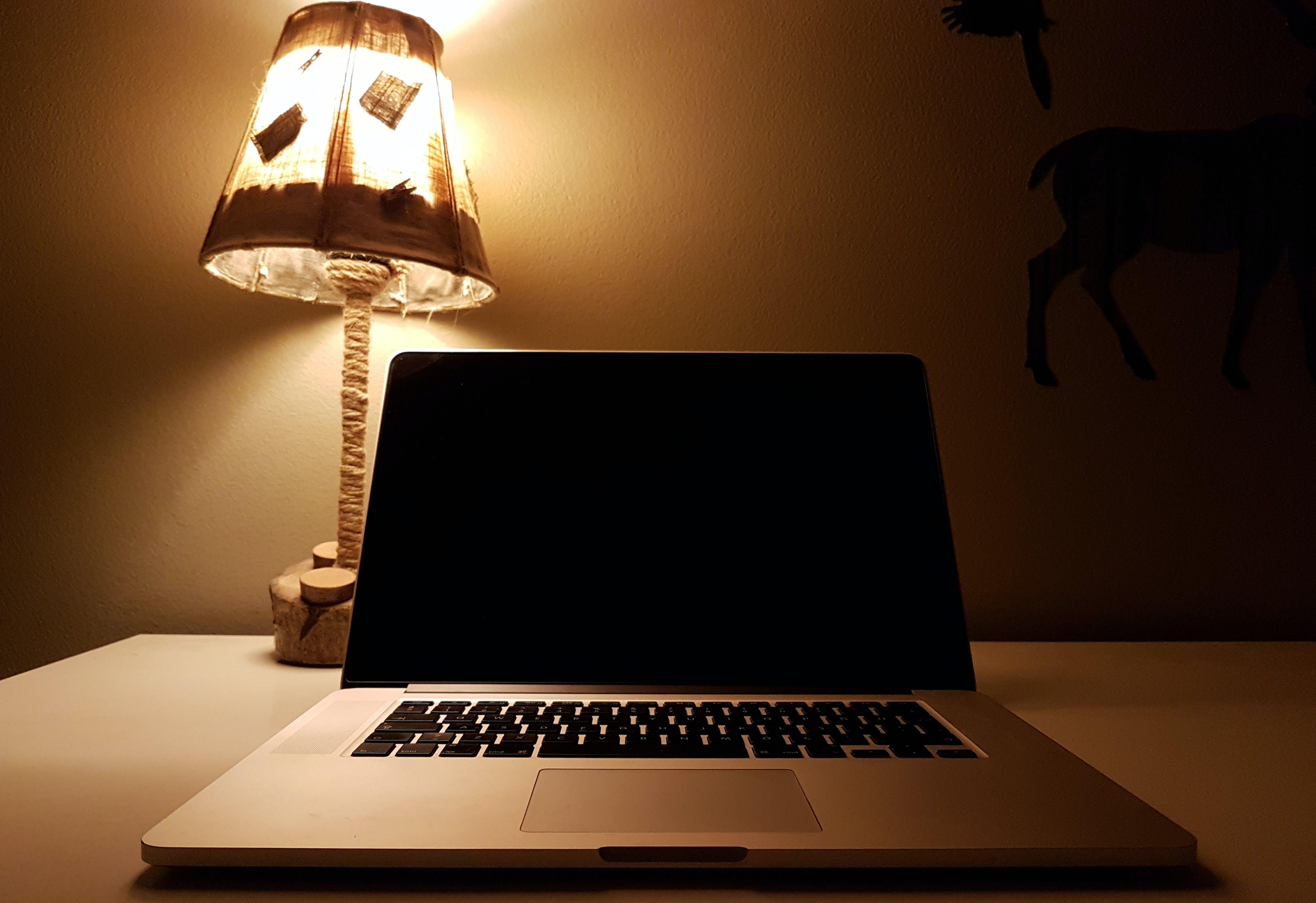 Gratis stockfoto met apple laptop, beeld, bureau, checker