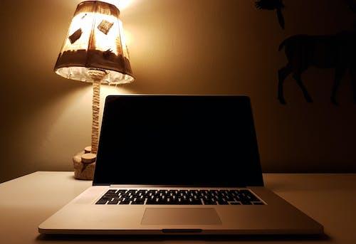 Foto profissional grátis de abajur, balcão, computador portátil, leve