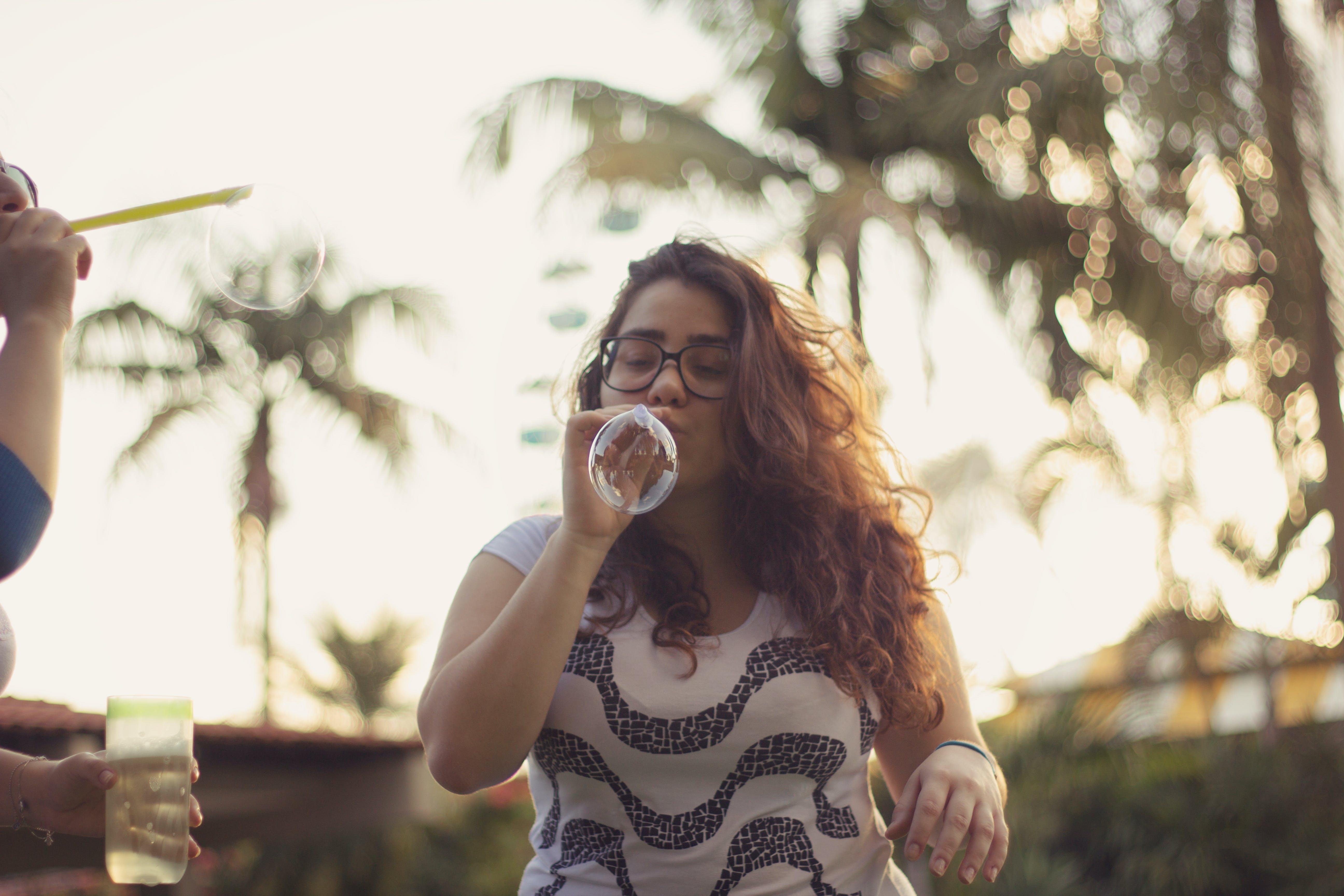 Ingyenes stockfotó buborékfújás, fókusz, fúj, göndör haj témában