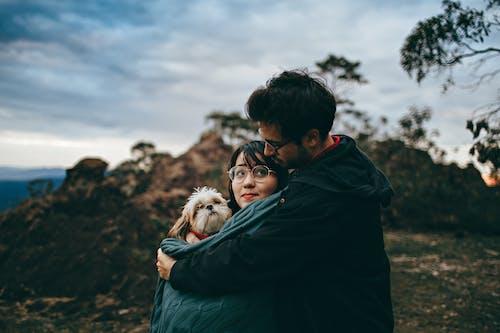 Fotos de stock gratuitas de abrazar, abrazo, adultos, amante de los animales