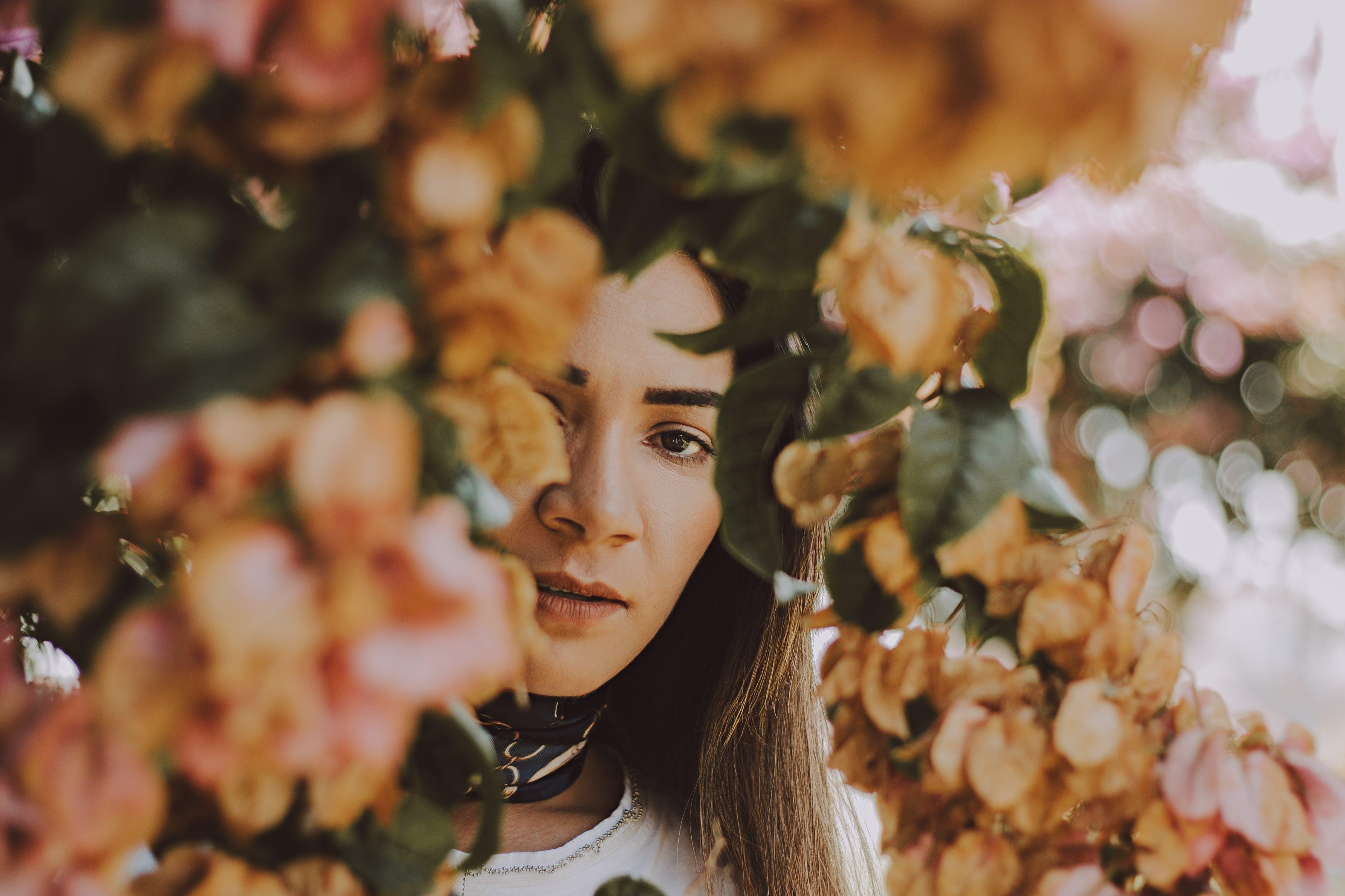 Foto d'estoc gratuïta de adult, Dona bonica, flors, morena