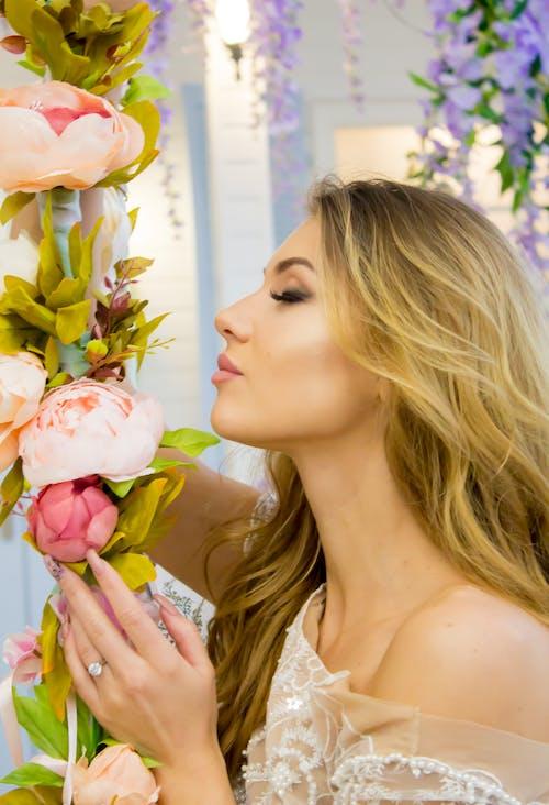 Gratis lagerfoto af blomster, blond, blondine, kvinde
