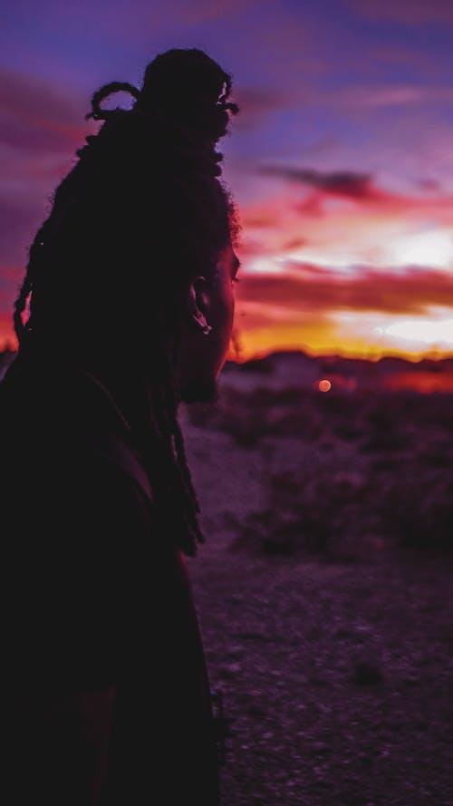 Foto profissional grátis de alvorecer, iluminado por trás, nascer do sol, pessoa