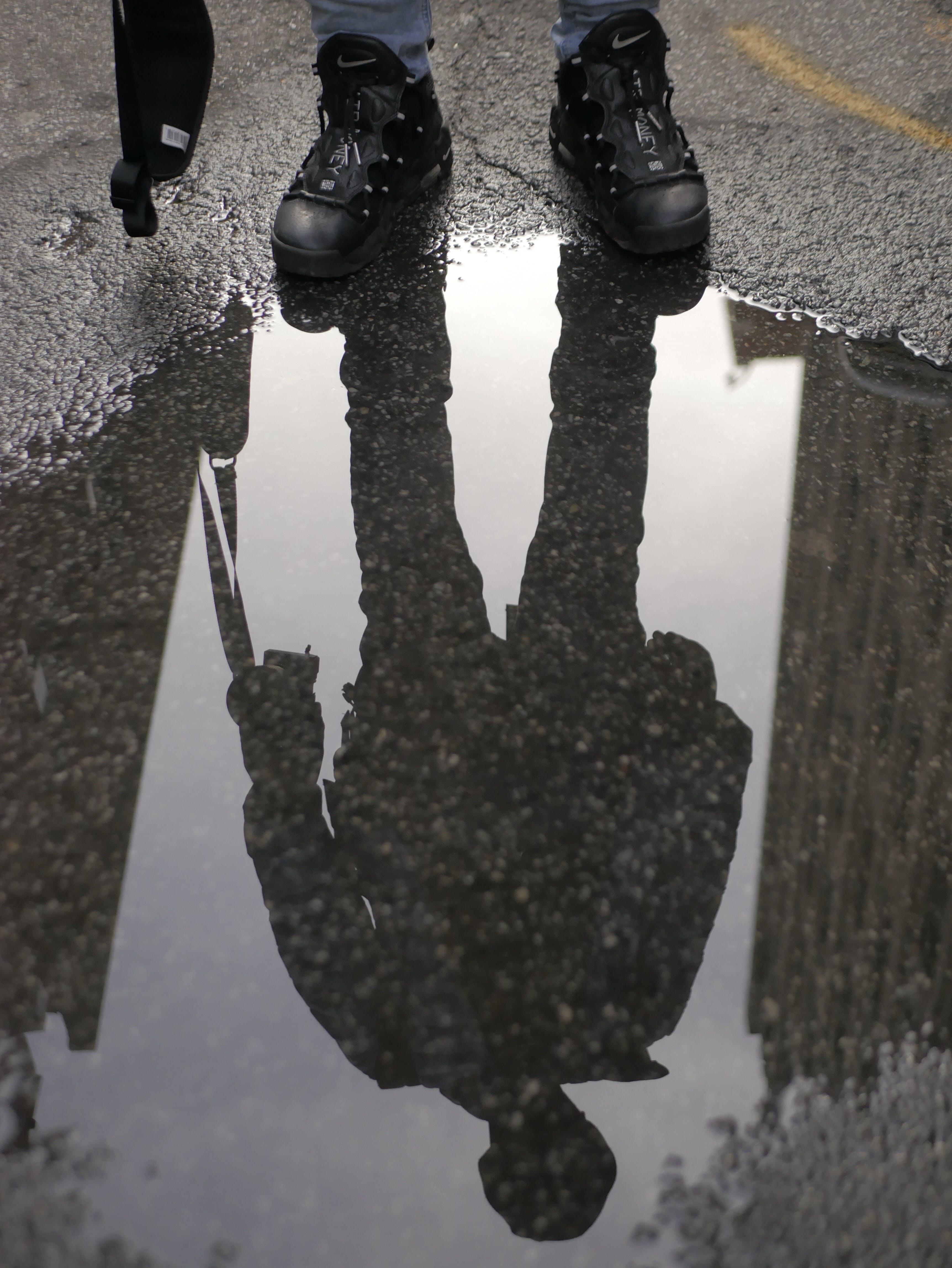 Kostenloses Stock Foto zu fußbekleidung, füße, mann, pfütze