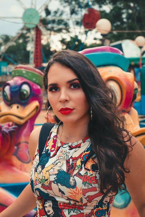 Foto profissional grátis de atraente, bonita, carnaval, caronas