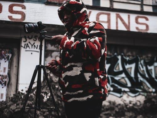 人站立拿著照相機