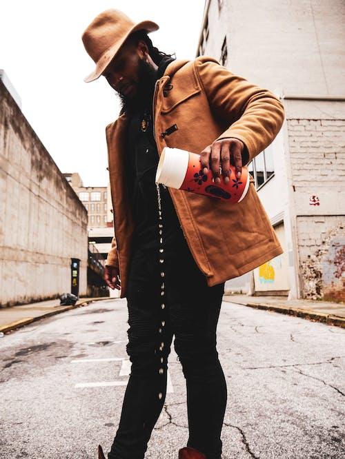 Kostnadsfri bild av afroamerikansk man, ansiktshår, asfalt, fotografering