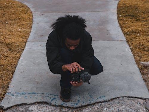 Fotos de stock gratuitas de cámara, camino asfaltado, césped, desgaste