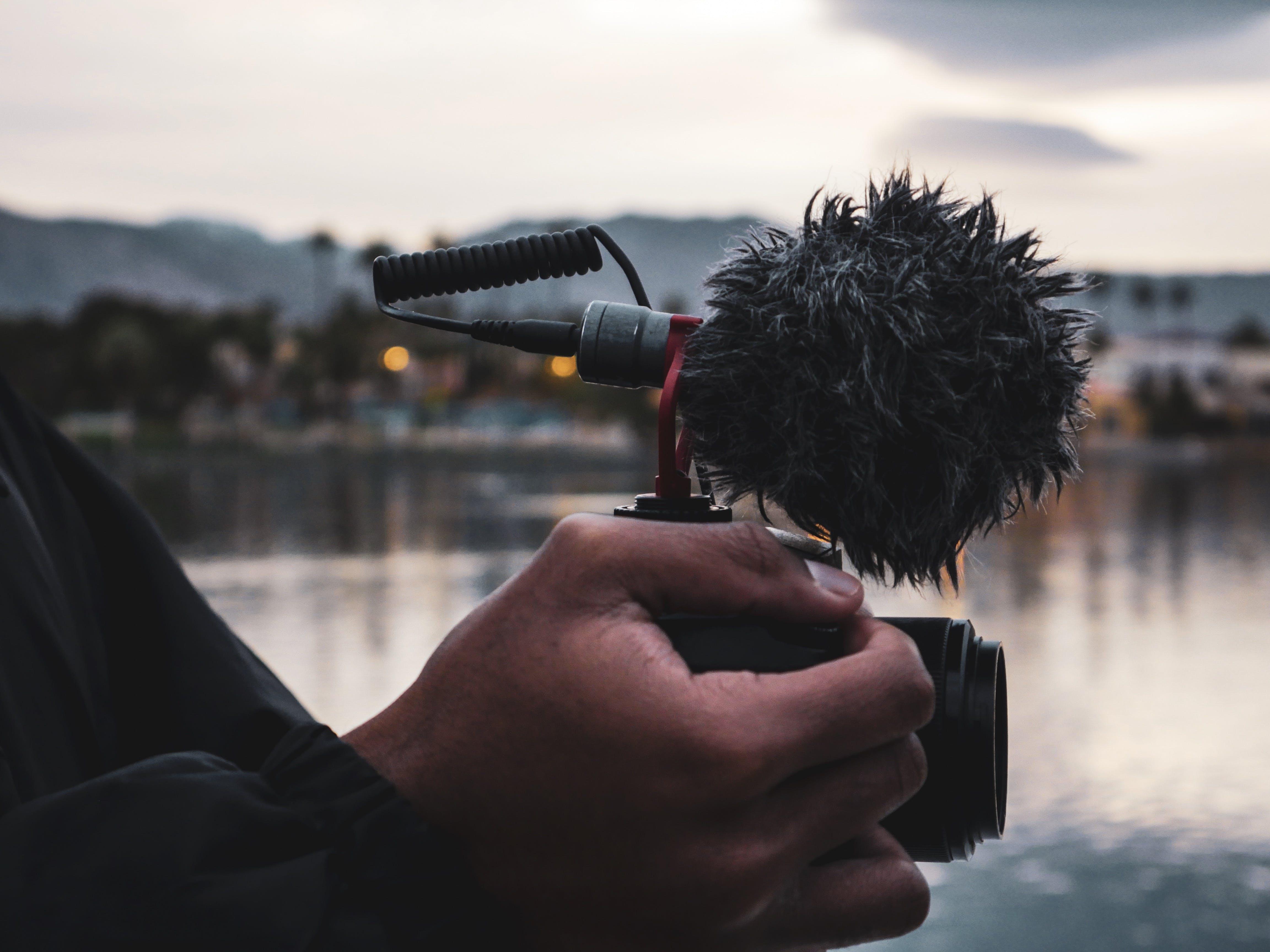 Gratis arkivbilde med fjell, hånd, kamera, landskap
