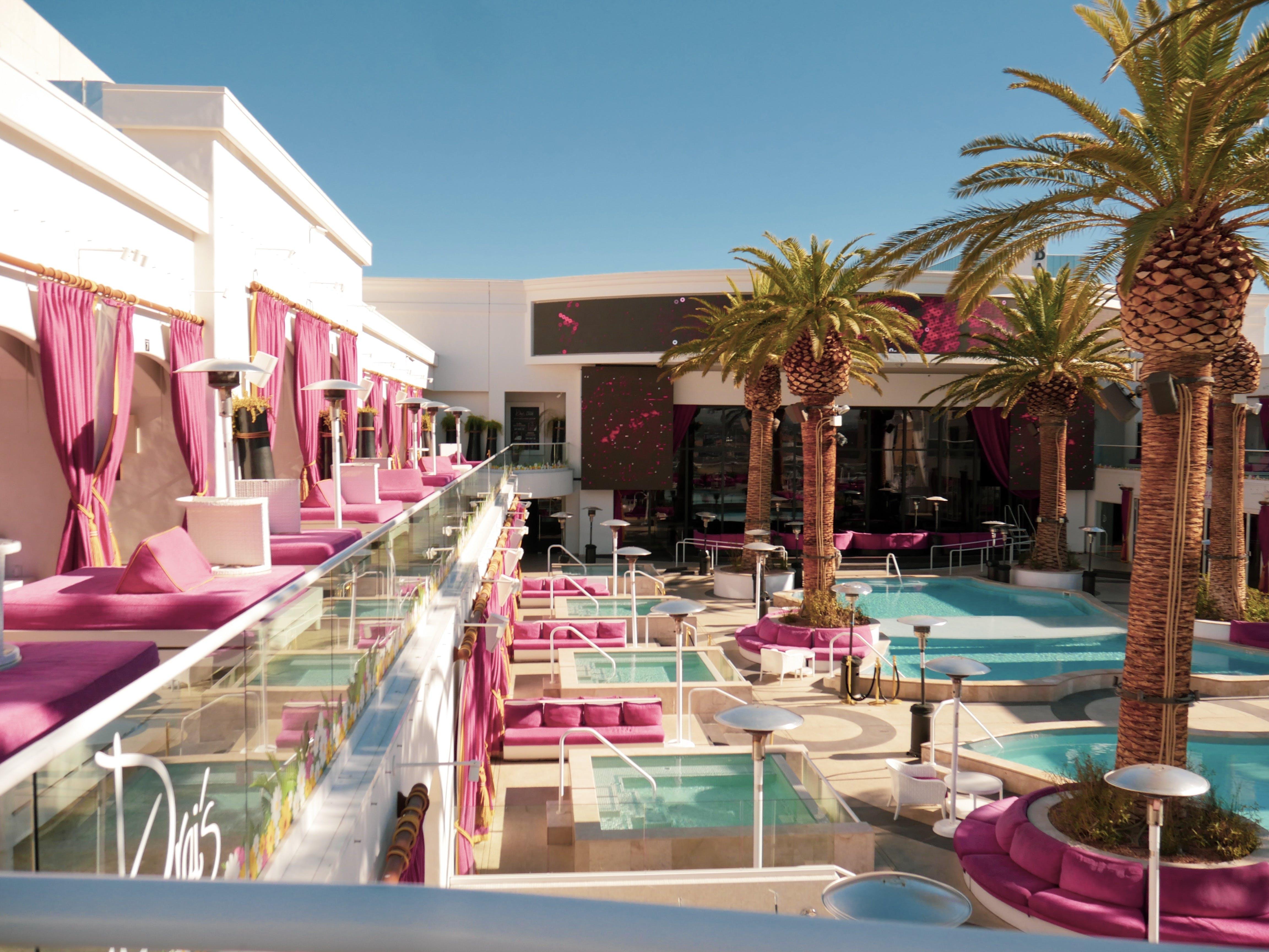 Gratis stockfoto met architectuur, bij het zwembad, bomen, daglicht
