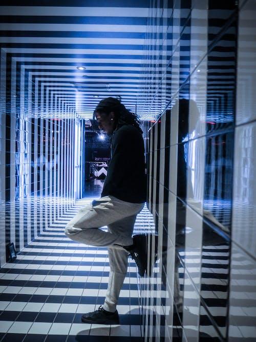 Gratis lagerfoto af indendørs, lys, mand, mode