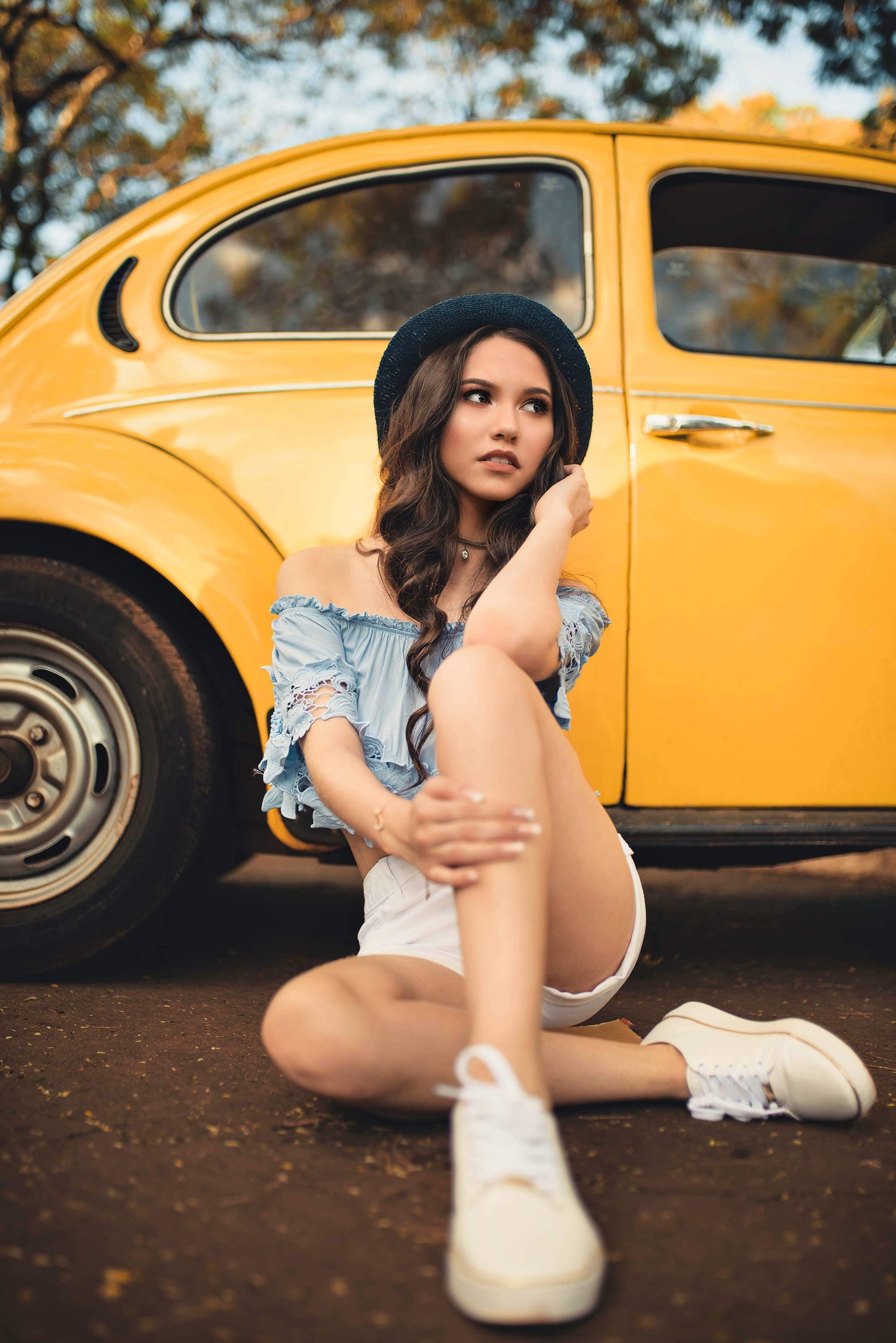 Безкоштовне стокове фото на тему «Volkswagen Beetle, автомобіль, азіатська жінка, вираз обличчя»
