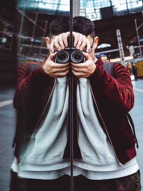 Photos gratuites de appareil photo numérique, effet miroir, individu, manteau rouge