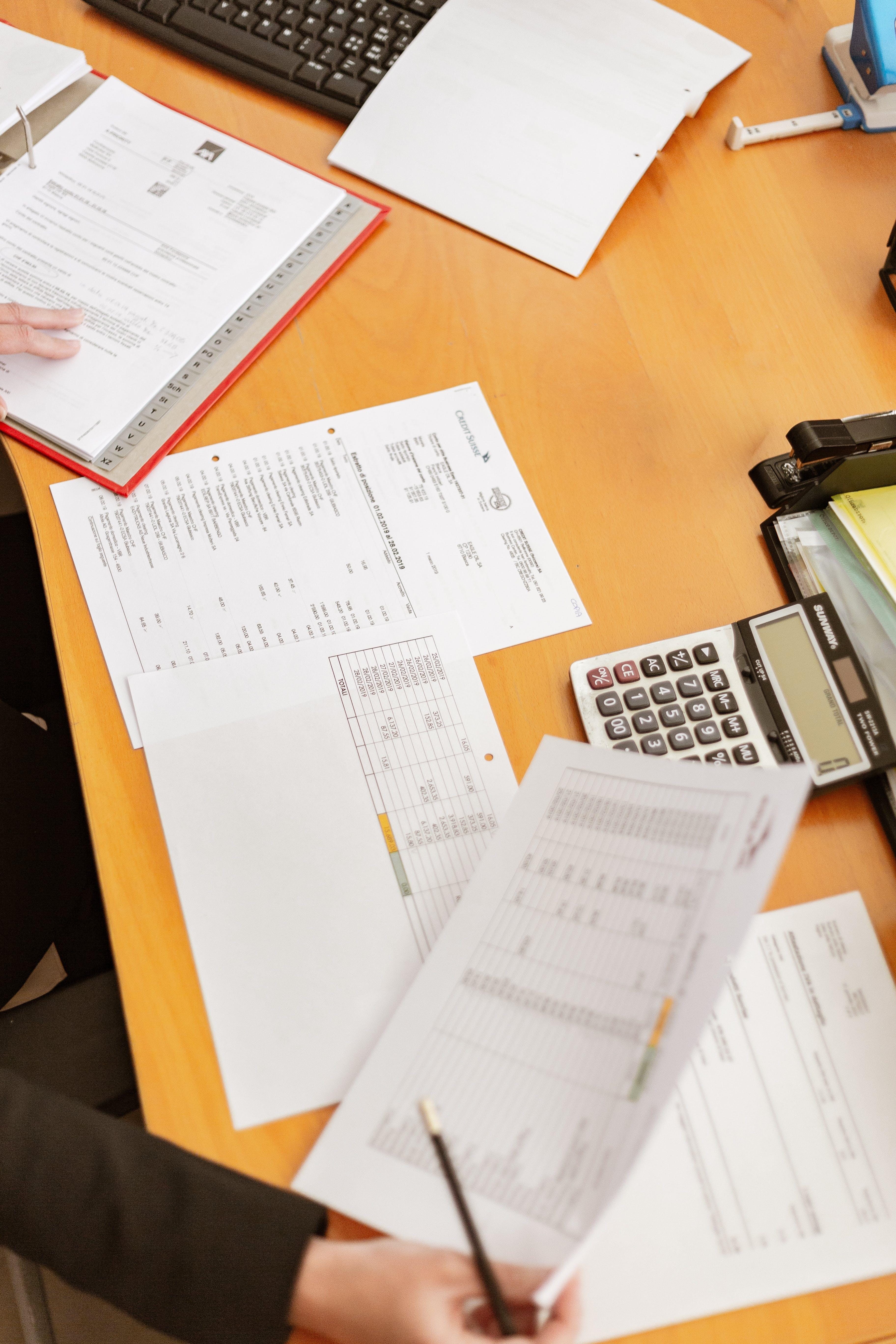 Základová fotografie zdarma na téma kancelář, pero, pracoviště, ruce