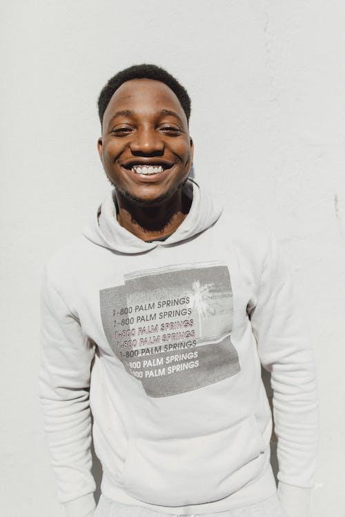 Gratis stockfoto met Afro-Amerikaanse man, casual, fashion, gekleurde man