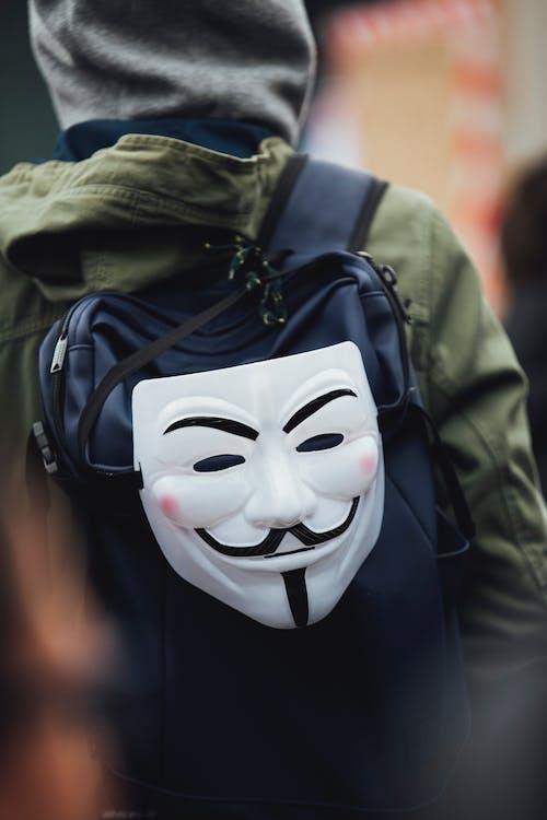 Foto d'estoc gratuïta de amb caputxa, cara fawkes màscara, concentrar-se, d'esquena