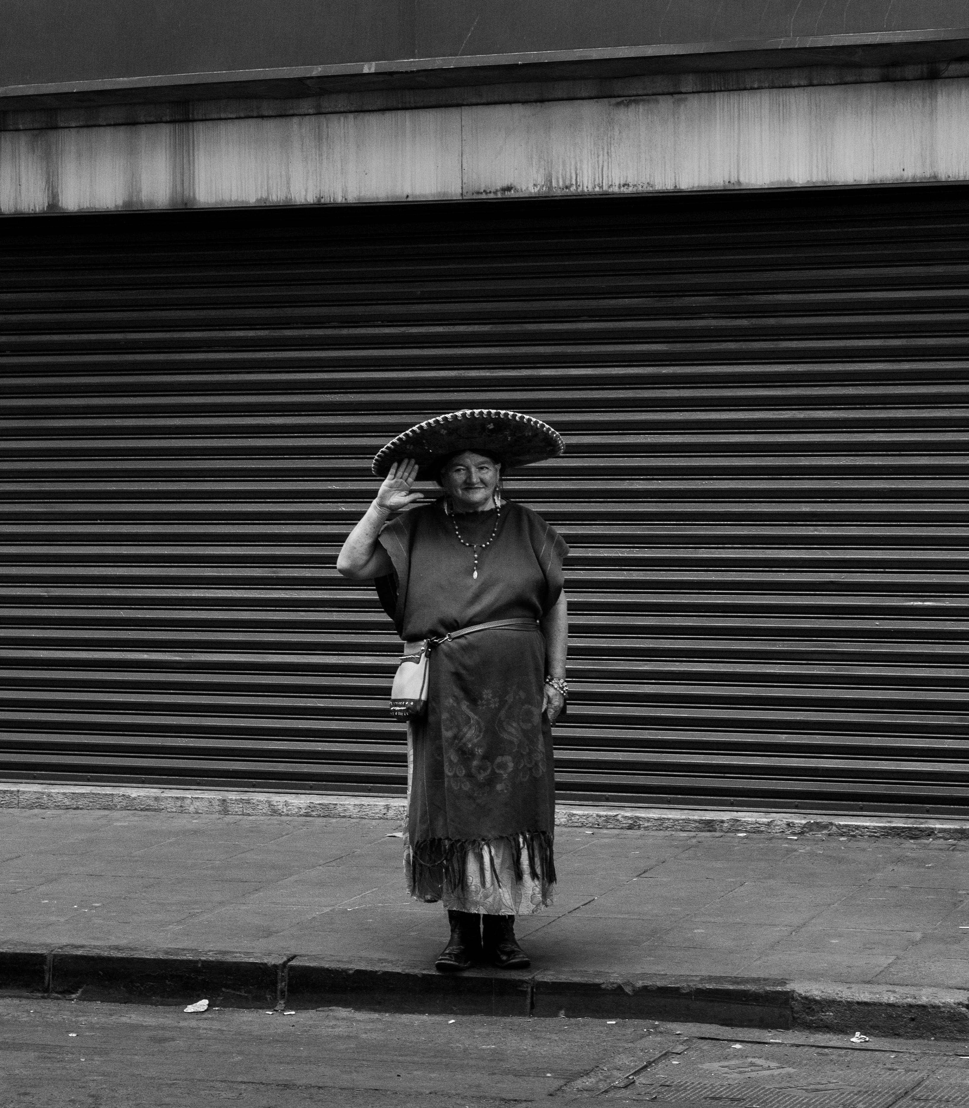 Fotos de stock gratuitas de anciano, atuendo, blanco y negro, calle