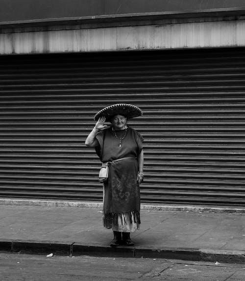 Immagine gratuita di anziano, bianco e nero, donna, indossare