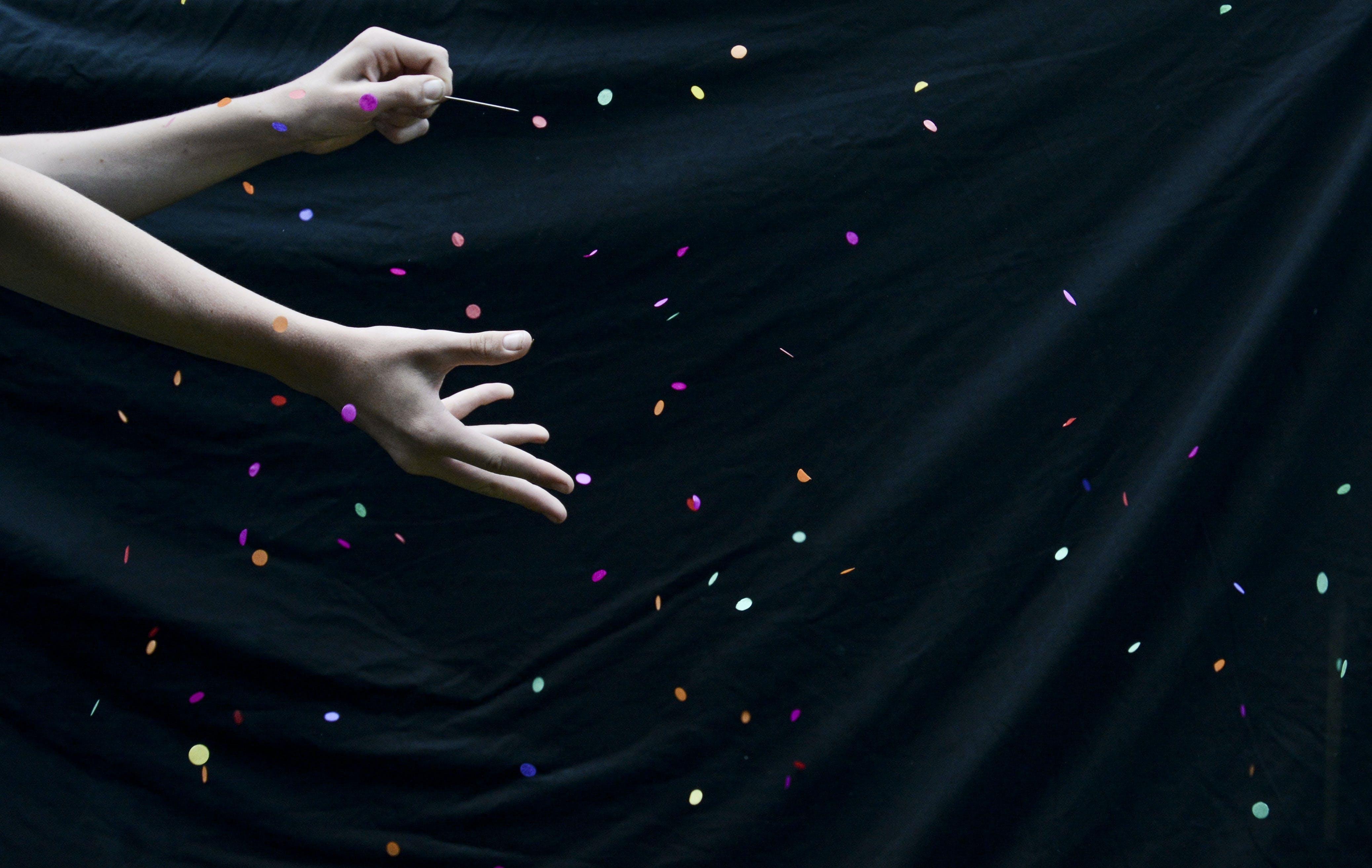 belli belirsiz, eller, ışıklar, ışıldama içeren Ücretsiz stok fotoğraf
