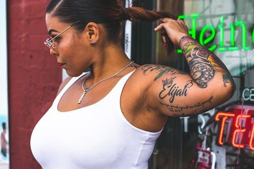 人, 刺青, 墨鏡, 太陽眼鏡 的 免费素材照片