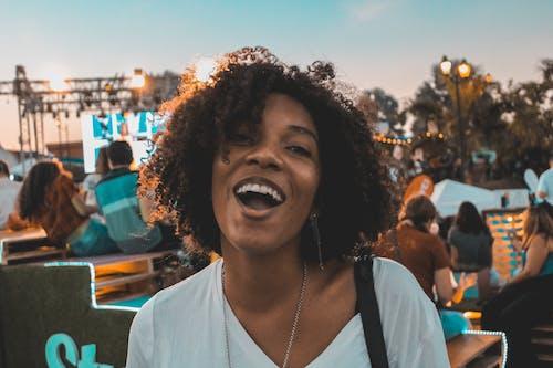 afrikalı-amerikalı kadın, aşındırmak, Kadın, portre içeren Ücretsiz stok fotoğraf
