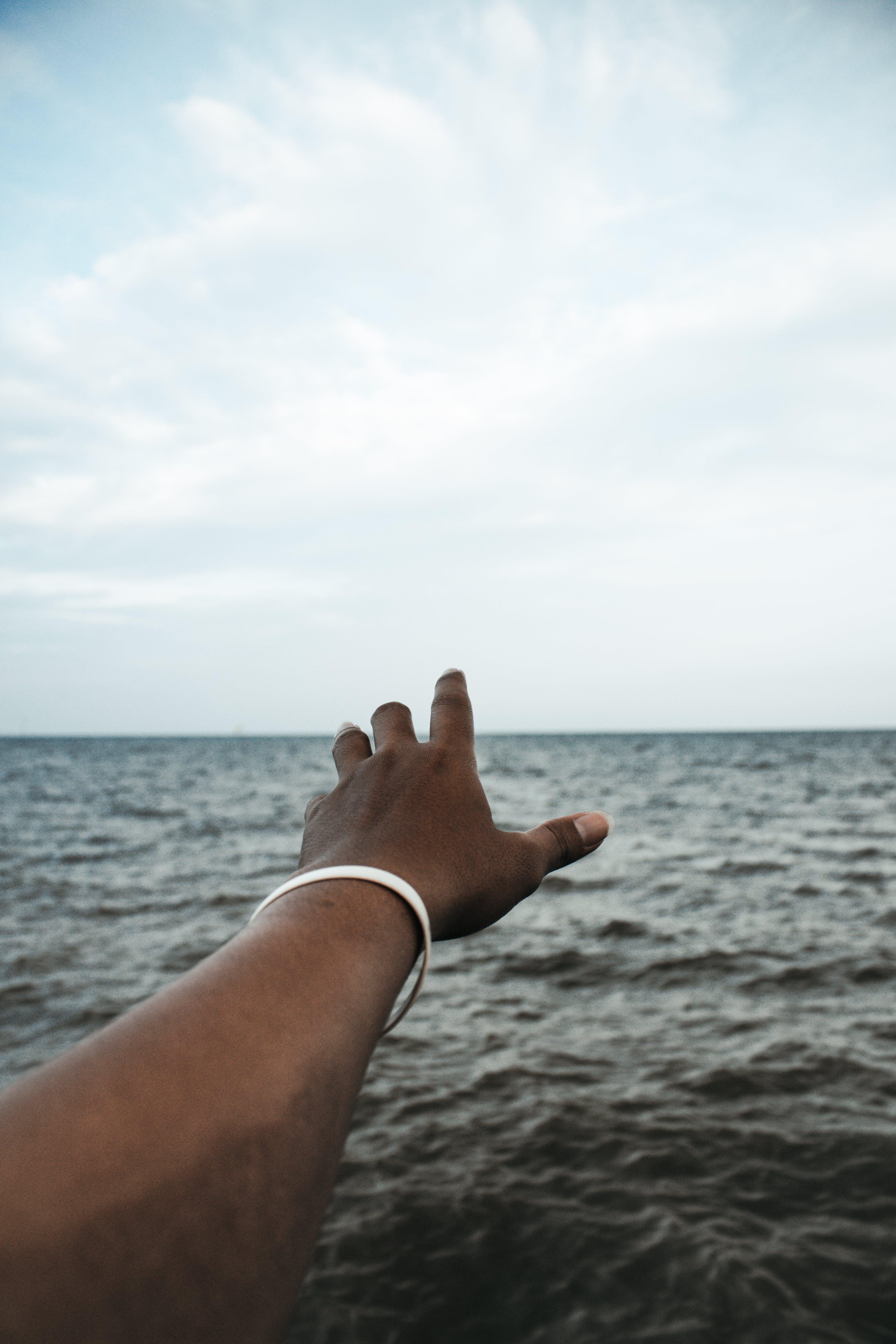 Základová fotografie zdarma na téma horizont, moře, natahování ruky, oceán