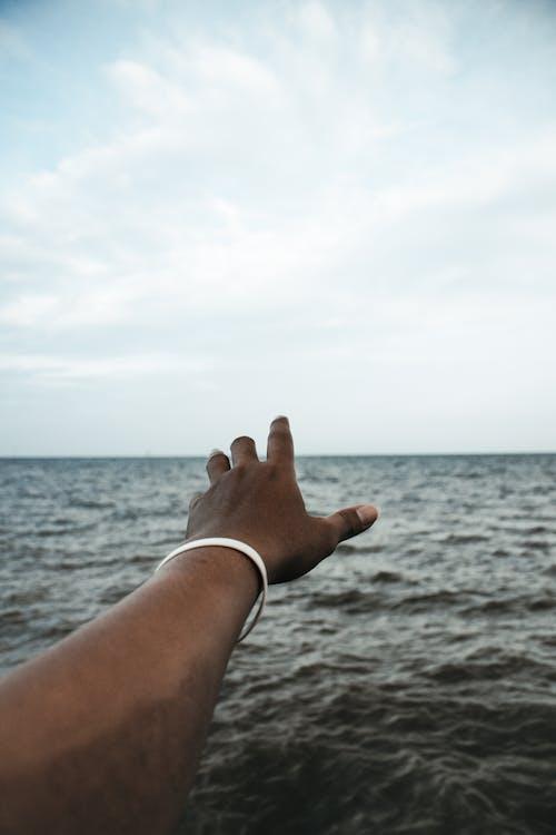 Foto profissional grátis de alcançando, chegando, horizonte, mão