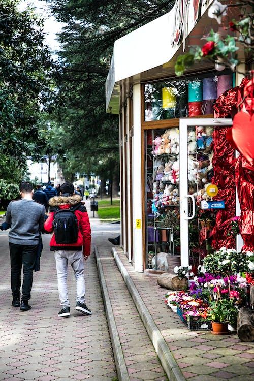 Darmowe zdjęcie z galerii z chodzący ludzie, ludzie, sklep, sklep z zabawkami