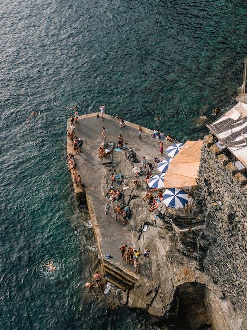 Photos gratuites de d'en haut, falaise, gens, mer