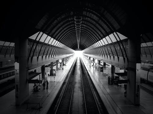 Gratis lagerfoto af arkitektur, jernbane, sort-hvid, station