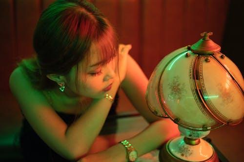 女人, 擺姿勢, 燈 的 免费素材照片