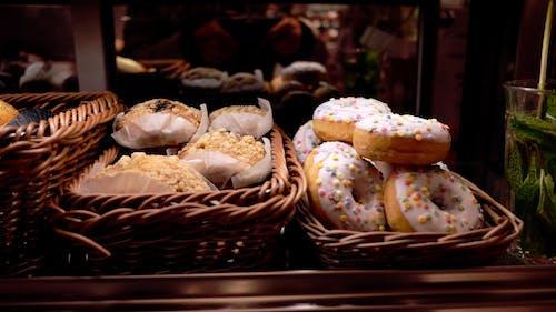 Gratis stockfoto met donuts, eten, gebakjes, snoep