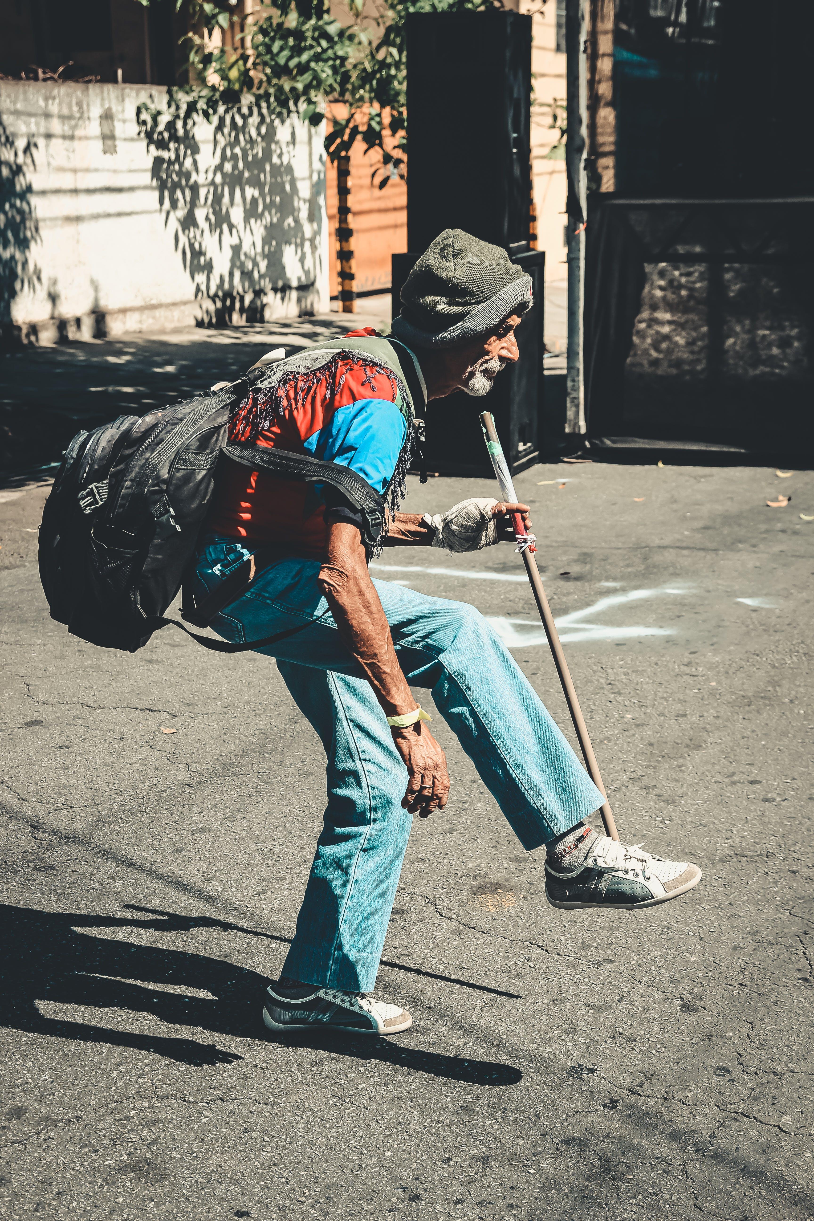 Foto d'estoc gratuïta de adult, ancians, caminant, carrer