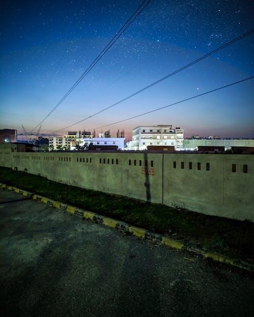Darmowe zdjęcie z galerii z budynki, chodnik, energia, gwiazdy
